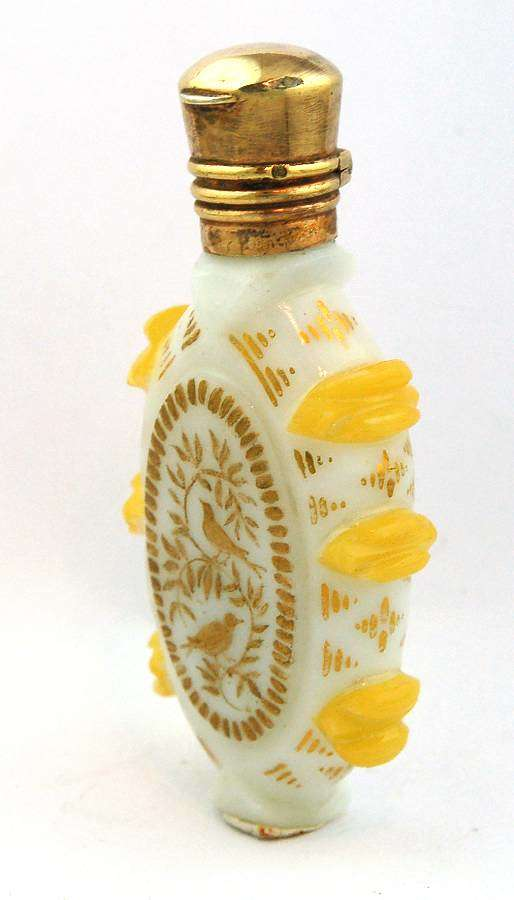 White and yellow opaline scent